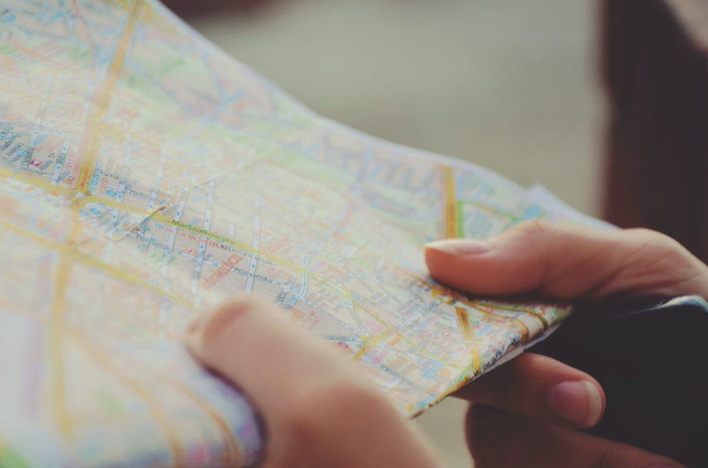 una persona sosteniendo un mapa en actitud de buscar